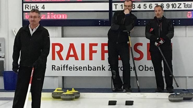 Skip Armin Hauser zeigt seinem Mitspieler an, wo er hinspielen soll. Im Hintergrund beobachten Werner Attinger und Markus Foitek die Situation gespannt.