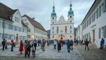 Die Teilnehmenden versammelten sich am Samstag ab 16.30 Uhr auf dem Domplatz. Sie machten mit Glockengeläut auf ihr Anliegen aufmerksam.