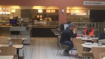 Leere Stühle, einsame Tische: Das Migros-Restaurant in Bad Zurzach läuft schon länger nicht mehr so, wie es sich der Konzern wünschte.