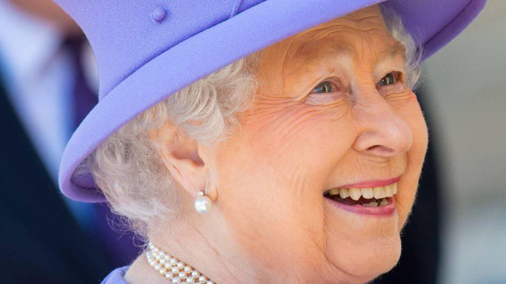 Ein Prosit auf die Queen: Anlässlich ihres 90. Geburtstags dürfen die britischen Pubs an zwei Juni-Abenden länger offen bleiben. (Archiv)