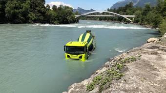Am Dienstagmittag ist beim Kieswerk in Maienfeld GR ein Lastwagen in den Rhein gerollt.