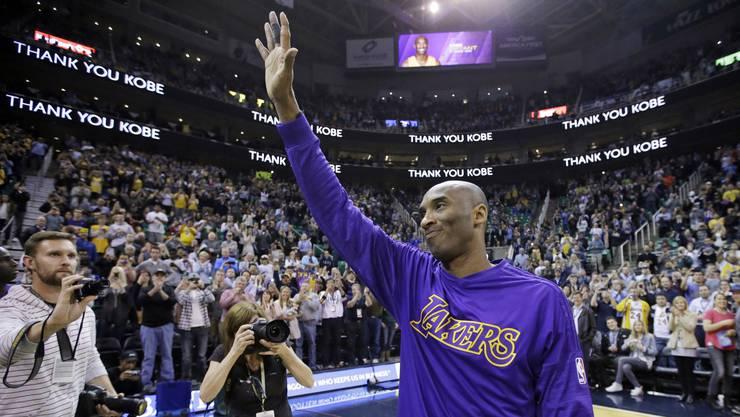 Kobe Bryant stirbt bei einem Helikopter-Crash mit 41 Jahren. Das Bild zeigt ihn am 28. März 2016: Er winkt den Fans zu, wenige Wochen vor seinem letzten Spiel.