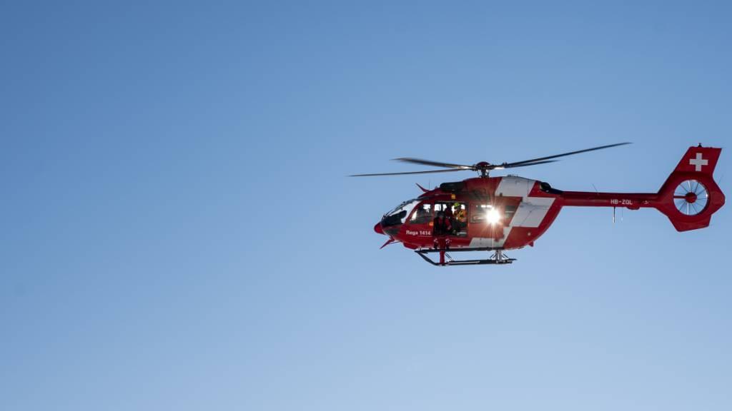 Die Rega flog einen verletzten Töfffahrer am Mittwoch in eine Spezialklinik. (Symbolbld)