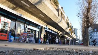 Neu finden am Bahnhof Dietikon ein «Spar», der «Brezel-König» und eine Multimedia-Firma Platz. Nicht umgebaut wird der Kiosk. mke