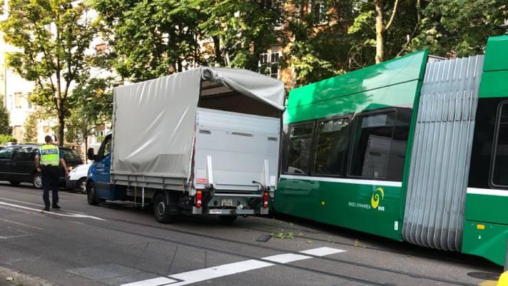 An der Verzweigung Dornacherstrasse/Thiersteinalle kollidierten ein Tram und einem Lieferwagen.