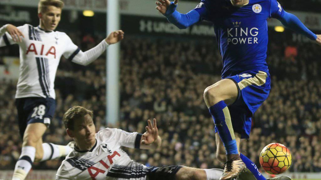 Leicester-Topskorer Jamie Vardy dribbelt sich an Tottenhams Jan Vertonghen vorbei