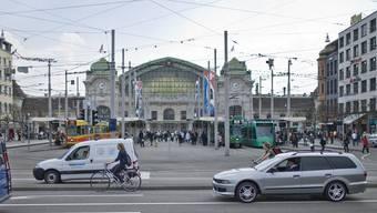 Auch vor dem Basler Bahnhof präsentierte ein Mann sein Geschlechtsteil.
