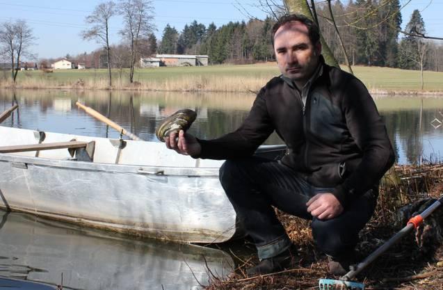 Daniel Schrag zeigt eine grosse Teichmuschel