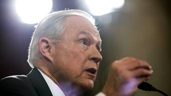 US-Justizminister Jeff Sessions droht unkooperativen Städten im Land mit Geldentzug im Einwanderungswesen. (Archivbild)