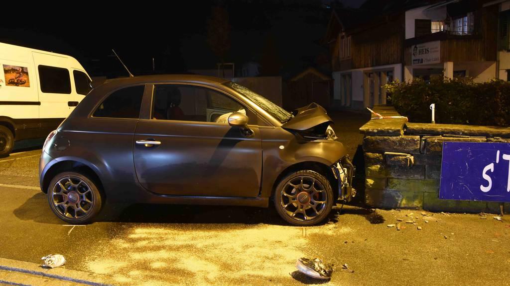 18-jährige Autofahrerin kracht frontal in Mauer