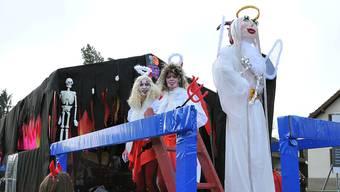 Engelchen und Teufelchen auf dem Wagen des Fasnachtsvereins Lostorf.