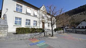 Bald saniert: Das Schulhaus in Dittingen wird noch in diesem Jahr auf Vordermann gebracht. (Kenneth Nars)