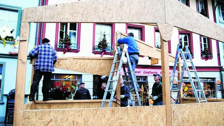 Handgriffe sitzen: Der Aufbau der Häuschen ist wie Puzzle zusammensetzen. (Bild: Natalie Brügger)