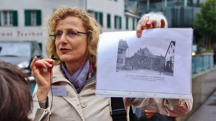 Die Stadtführerin Catherine Peer zeigt anhand von Bildern, wie Dietikon einst ausgesehen hat.