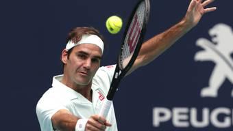 Roger Federer pariert die Service-Geschosse von John Isner stilsicher