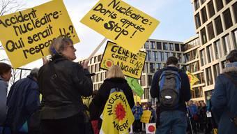 Demonstranten bei der 800. Mahnwache auf dem Campusplatz. Die regelmässigen Mahnwachen finden mit weniger Leuten vor dem Ensi-Hauptsitz statt.
