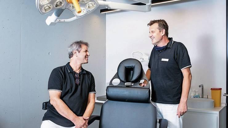 Alberto Sandon (l.) und Sascha Dunst im Haartransplantationszentrum im 11. Stock des «Im Lenz»-Hochhauses.