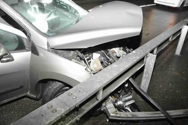Das Auto kam ins Schleudern und prallte am rechten Fahrbahnrand wuchtig in die Leitplanke..