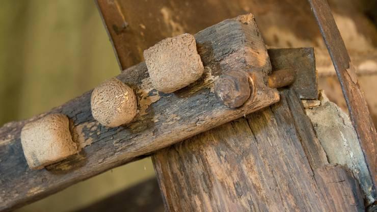 Die viereckigen Schrauben stammen aus dem Jahr 1878 - sie haben viel Kalk angesetzt.