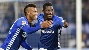 Breel Embolo feiert mit Eric Maxim Choupo-Moting über seinen ersten Bundesliga-Treffer.