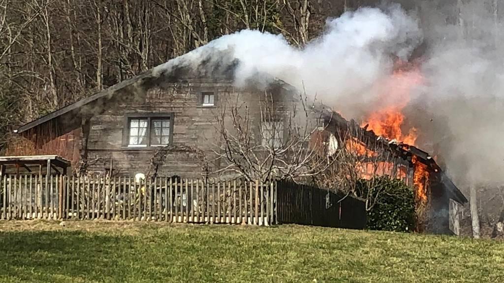 Brand in altem Ferienhaus – rund 70 Feuerwehrleute bekämpfen die Flammen