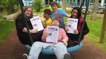 Mit Stolz präsentieren die Lernenden der Gruppe «Schülerzeitung» ihr fertiges Werk. ua