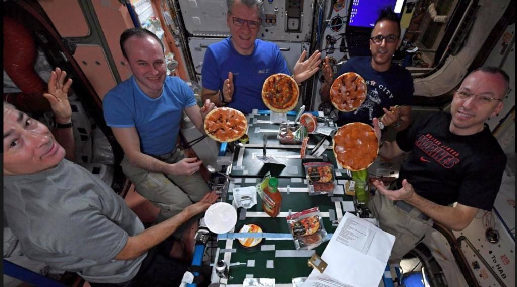 Astronauten essen Pizza im All (© twitter)