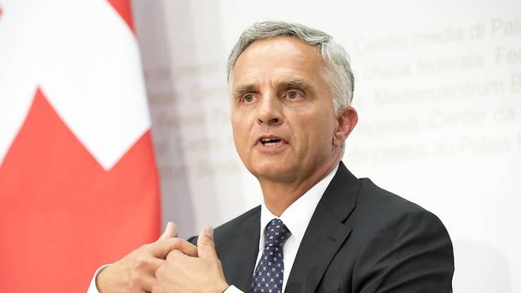 Didier Burkhalter erläutert vor den Medien in Bern, warum er aus dem Bundesrat zurücktritt.