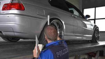 Die Schweizer Polizeien haben die Autoposer ins Visier genommen –  doch Verstösse und verbotene Modifikationen sind oft schwer zu beweisen: Fahrzeugkontrolle der St.Galler Kantonspolizei Ende Mai.