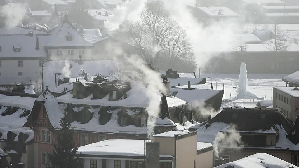 Rauchende Schornsteine in Engelberg: Im Kanton Obwalden wurde im Gebäudebereich und in der Industrie mehr fossile Energie verbraucht, als vorgegeben. (Archivbild)