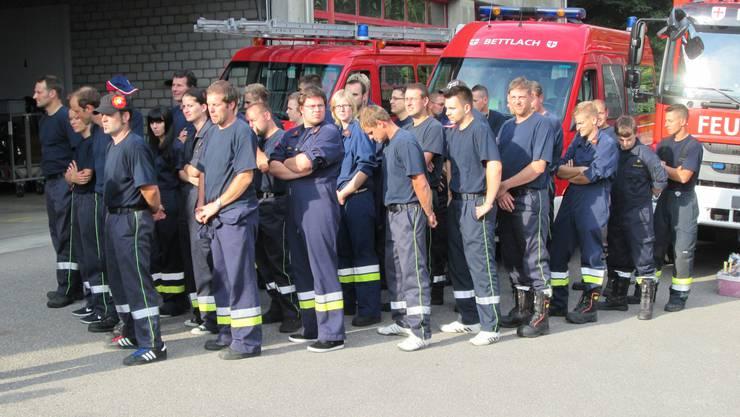 Die Feuerwehrleute stehen bereit