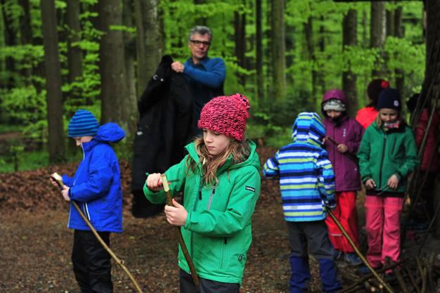 Bei François Ruedin lernten die Kinder, wie man mit dem Sackmesser schöne Muster in Äste schnitzen kann.