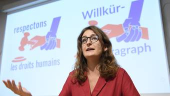 Julia Küng, Co-Präsidentin der Jungen Grünen, stellt mit Vertreterinnen und Vertretern von Junger GLP, Juso und Piratenpartei das Referendum gegen das Terror-Gesetz vor.