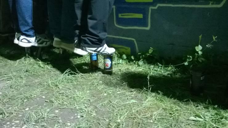 Wer zu klein ist, dem helfen leere Bierflaschen für die nötigen Zentimeter - um über den Zaun sehen zu können.