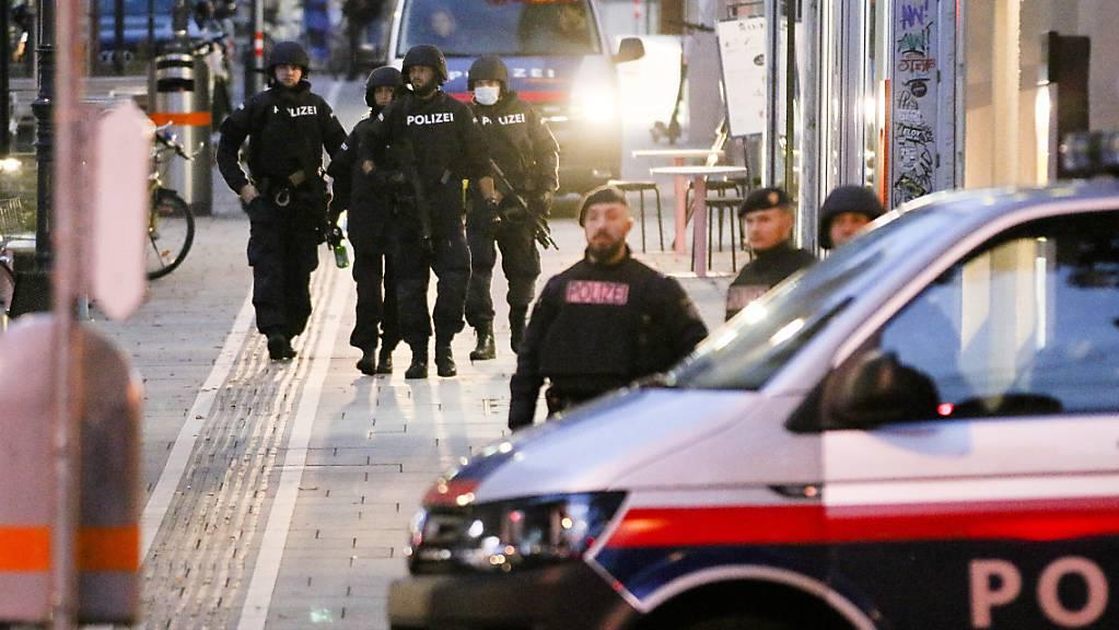 ARCHIV - Bewaffnete Polizisten in Wien nach dem Terroranschlag am 2. November 2020. Foto: Ronald Zak/AP/dpa