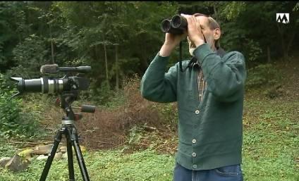 Fredi Schären filmt und beobachtet das Rehkitz bei Turgi.