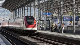 Am Oltener Bahnhof bleibt ein SBB Zug stehen, weil der Lokführer krank ist. (Symbolbild)