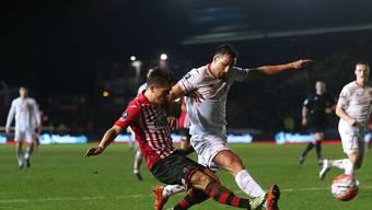 Harter Kampf: Exeter Citys Tom Nichols (li.) stört Liverpools José Enrique erfolgreich