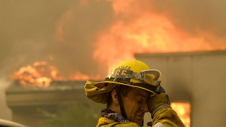 Die Feuerwehrleute in den Brandgebieten stehen im Dauereinsatz. Hier in Malibu.