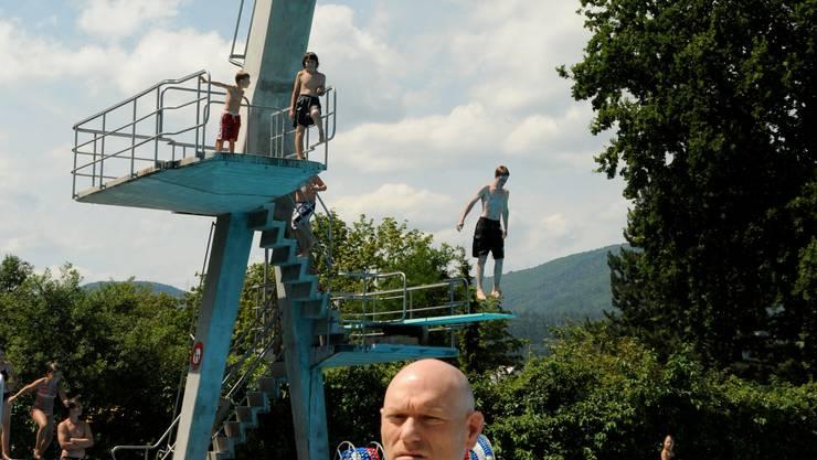 Patrick Huggler, Turmspringer im Schwimmbad Gartenbad Grenchen im Clinch mit der Baudirektion. Sprungturm