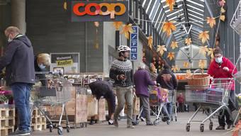 In Münchenstein kann man noch ohne Maske einkaufen. Viele tragen dennoch eine.