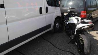 Auffahrunfall mit sechs beteiligten Fahrzeugen auf der A1 bei Subingen – eine Person leicht verletzt