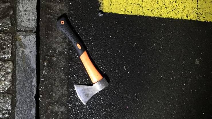 Tatwerkzeug nach der Amoktat von Flums, am Sonntag, 22. Oktober 2017. Ein 17-Jähriger hat am Sonntag mit einem Beil mehrere Passanten verletzt bevor er von der Polizei gefasst werden konnte.