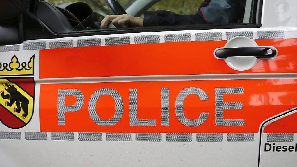 Die Berner Kantonspolizei hat nach einer Verfolgungsjagd in Biel zwei mutmassliche Einbrecher festgenommen. Der 18-jährige Mann und die um zwei Jahre ältere Frau hatten sich auch durch eine Schuss in den Reifen ihres Autos nicht von der Flucht abbringen lassen. (Archivbild)