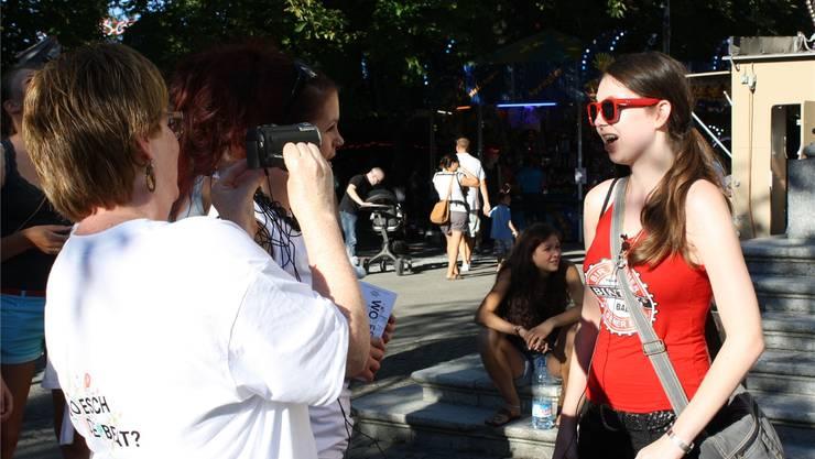Jugendarbeiterin Nadine Duquenoy im Interview mit einer Festbesucherin