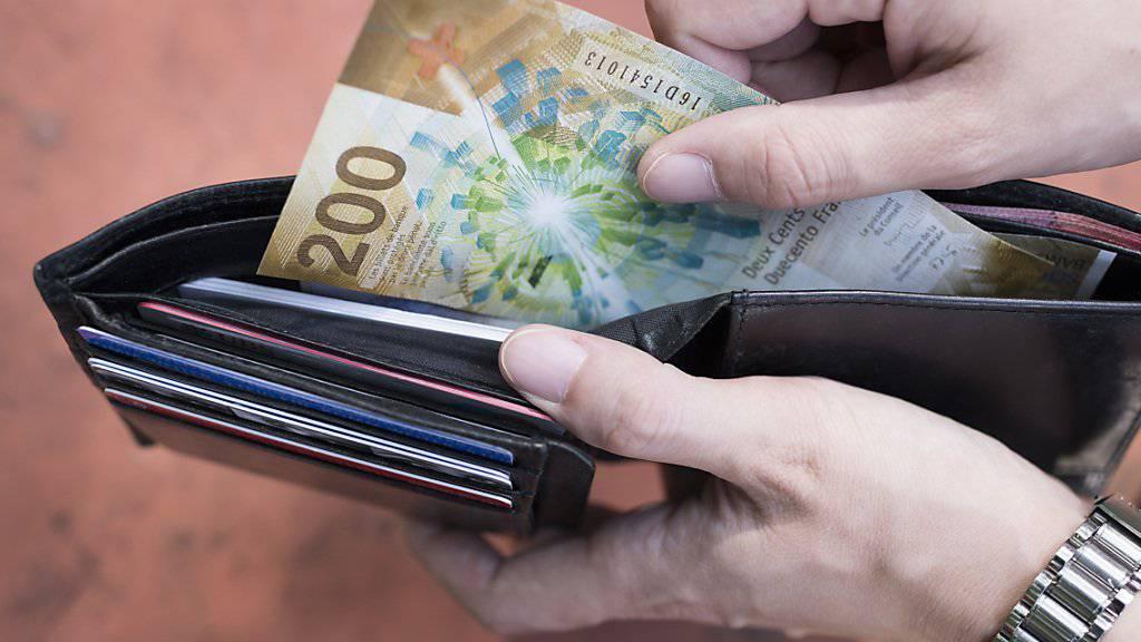 Obwohl sie bares Geld sparen könnten, sind Herr und Frau Schweizer bei den Hypotheken vergleichsfaul. (Symbolbild)