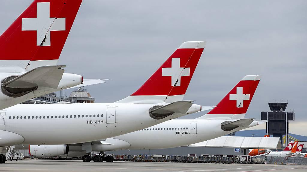 Die Fluggesellschaft Swiss macht ernst mit Sparmassnahmen: Ab Juli gleicht sie den Lohn ihrer Angestellten in Kurzarbeit nicht mehr wie bis anhin auf das gewohnte Lohnniveau aus. (Archivbild)
