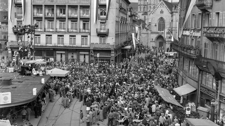 Bereits im Sommer 1956 lockte das Züri Fäscht unzählige Besucher an. Hier auf dem Paradeplatz in Zürich.