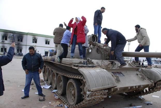 Demonstranten stehen in Benghazi auf einem Panzer