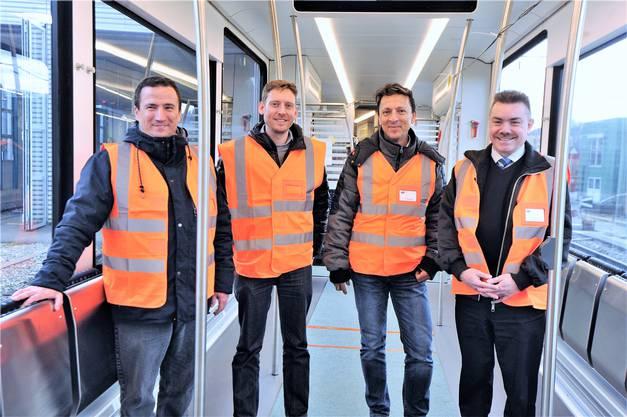 Sie sind massgeblich an der Inverkehrsetzung des neuen WSB-Zugs beteiligt (v.l.): Lukas Schoch, kommerzieller Projektleiter Stadler, Michael Zimmermann, technischer Projektleiter Stadler, Pierino Guardiani, Leiter Bahnproduktion Region West Aargau Verkehr, René Fasel, Leiter Bahn und Geschäftsleitungsmitglied Aargau Verkehr.